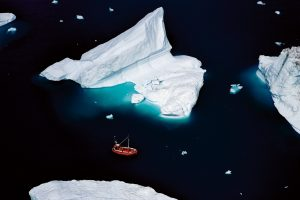 Bateau & Icebergs, Groenland - Yann Arthus-Bertrand Photographie